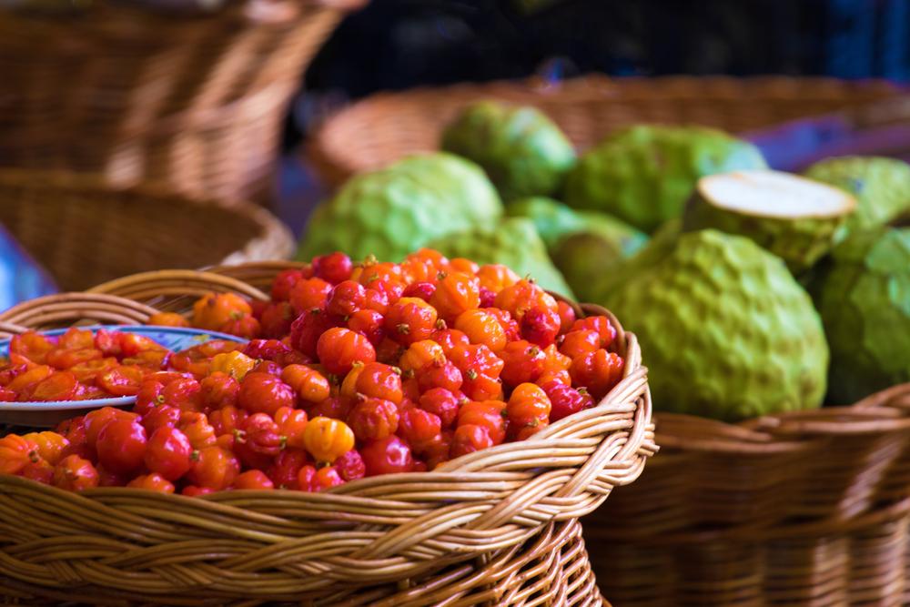 Для подкормки вишни лучше использовать не универсальные удобрения, а смесь для лиственных растений