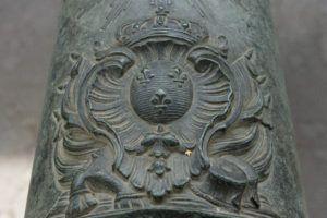 Геральдическая лилия - на пушках короля Людовика IV (Короля-Солнца)