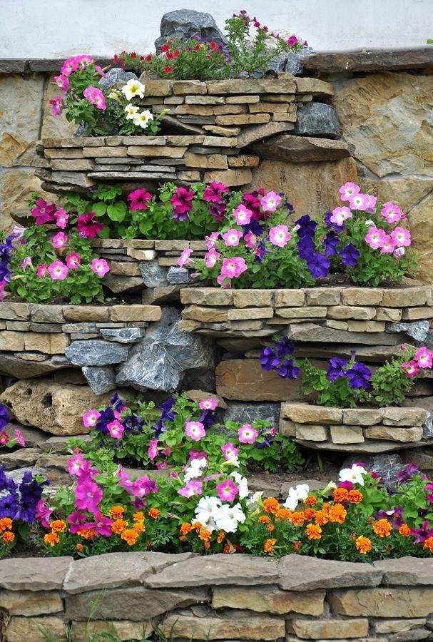Вертикальная клумба в саду камней