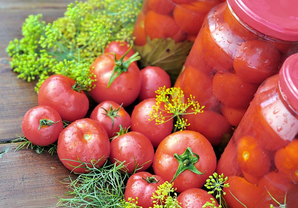 Розовые томаты отлично сочетаются в салатах с другими овощами