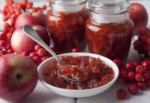 Варенье из рябины готовят разными способами, но в каждом случае ягоды придётся бланшировать