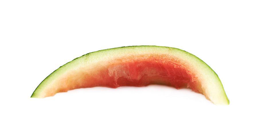 Корки многих ягод и овощей могут стать ловушкой для улиток