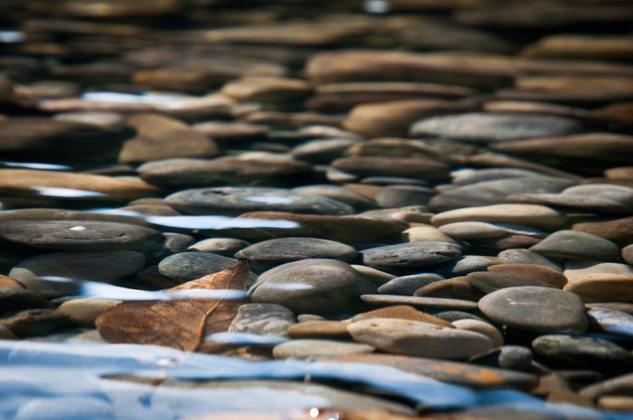 Камни для ручья выбираем натуральные, как в настоящем водоёме