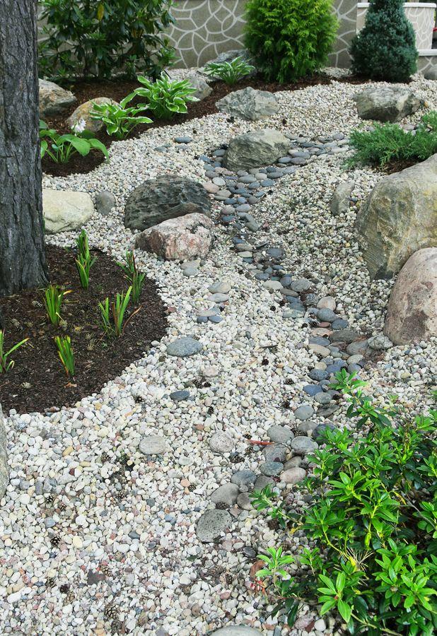 Сухой ручей делается из камней и цветов