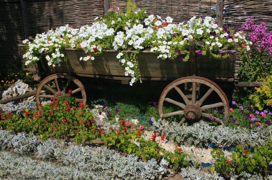 Клумбы в маленьком саду являются не только декоративным элементом, но и несут функциональное значение