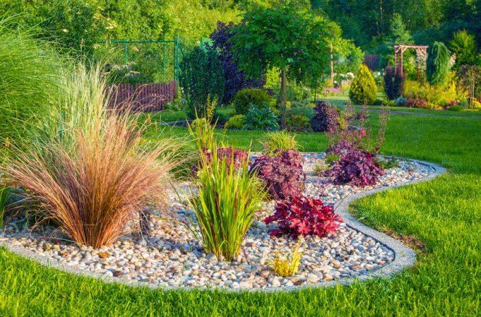 Сглаженные углы, плавные линии визуально делают сад шире