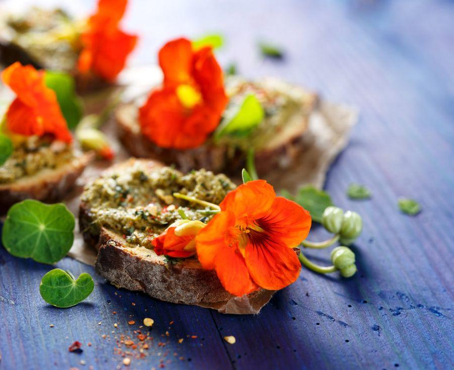 Настурция - прекрасная добавка к бутербродам и закускам