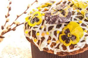 Съедобные засахаренные цветы хранят в течение года и используют при выпечке тортов и пирожных