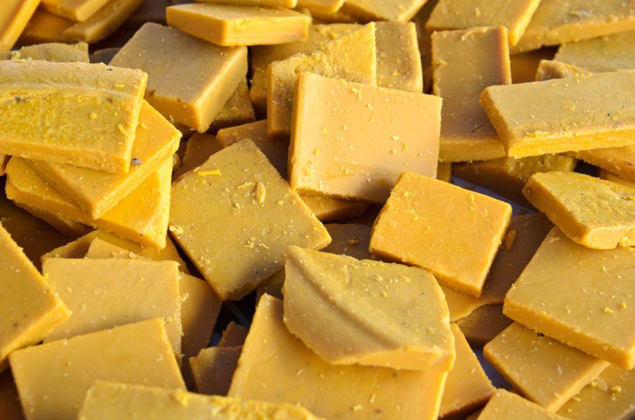 Жёлтый (не отбелённый) воск - основа многих рецептов садового вара