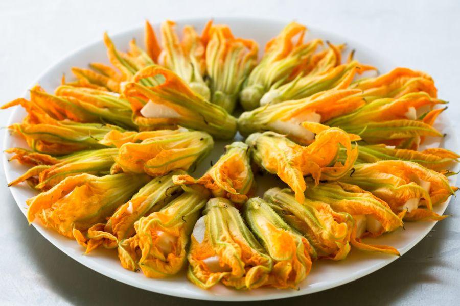 Цветки цуккини подходят для фарширования сырами, творогом