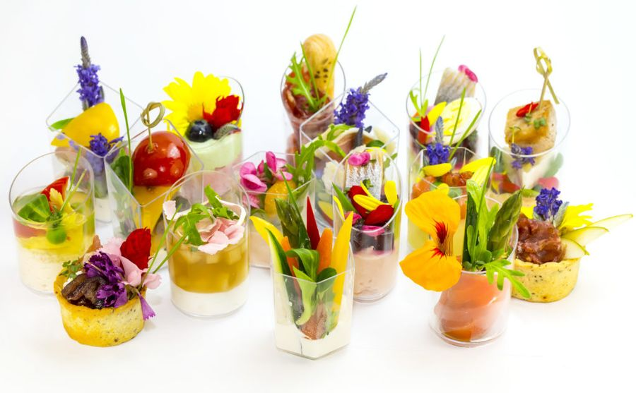 Канапе из съедобных цветов угощают на светских раутах