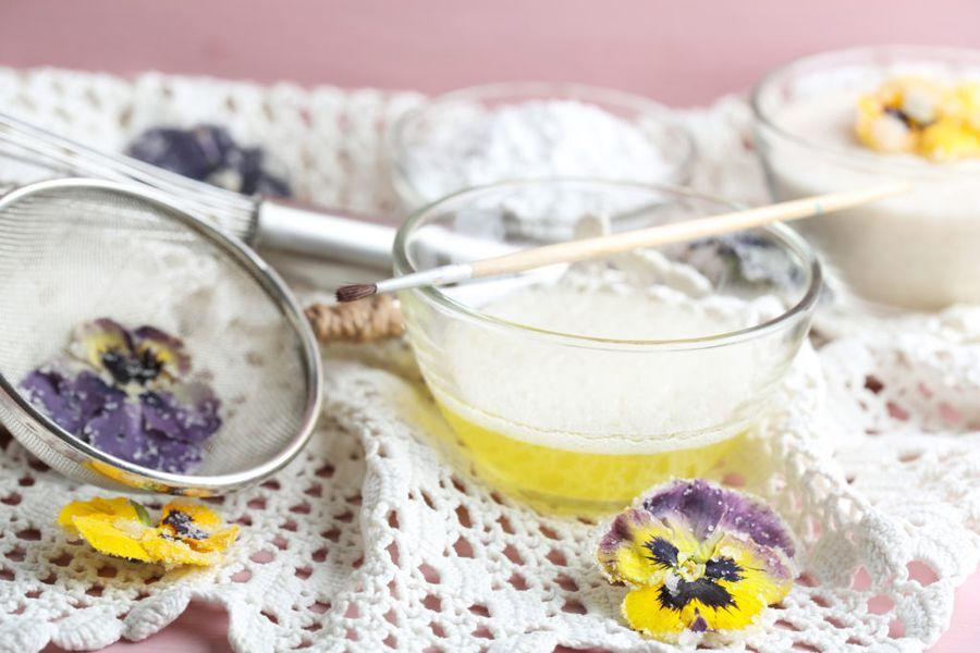 Домашний способ изготовления засахаренных цветов не сложен