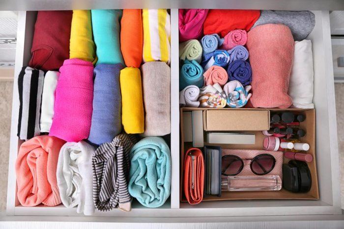 Порядок внутри шкафов освободит большое количество полок, позволит избавиться от лишнего