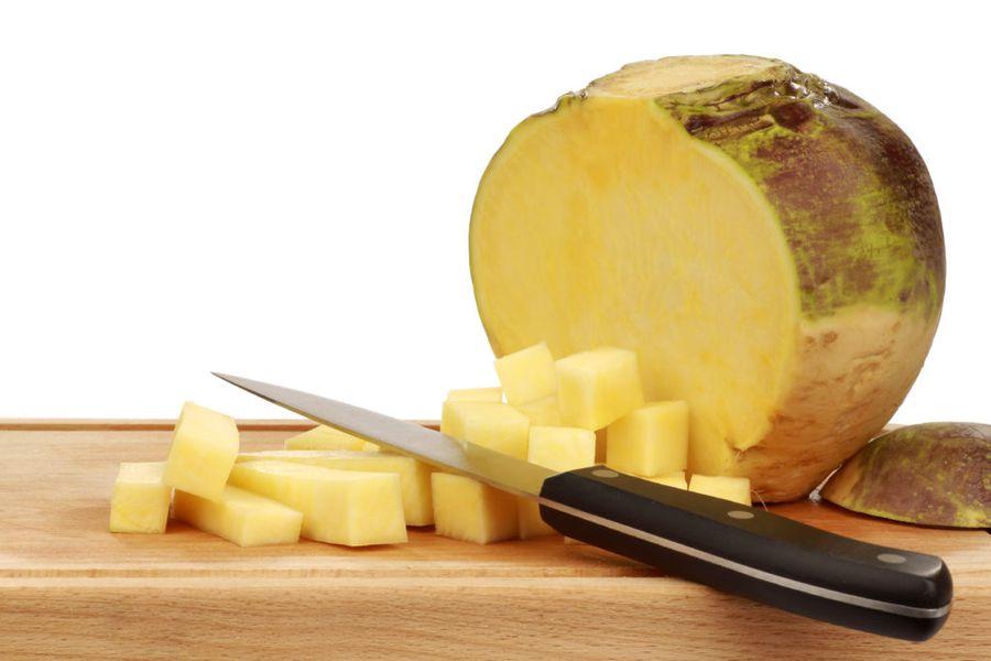 Брюква богата легкоусваиваемыми углеводами, белками, пектинами, микроэлементами, витаминами