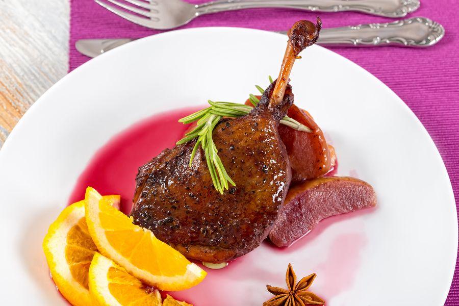 Утиные ножки в вине и с апельсинами любят готовить во многих европейских странах