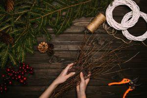 Для изготовления новогоднего веночка подойдут любые ветки.