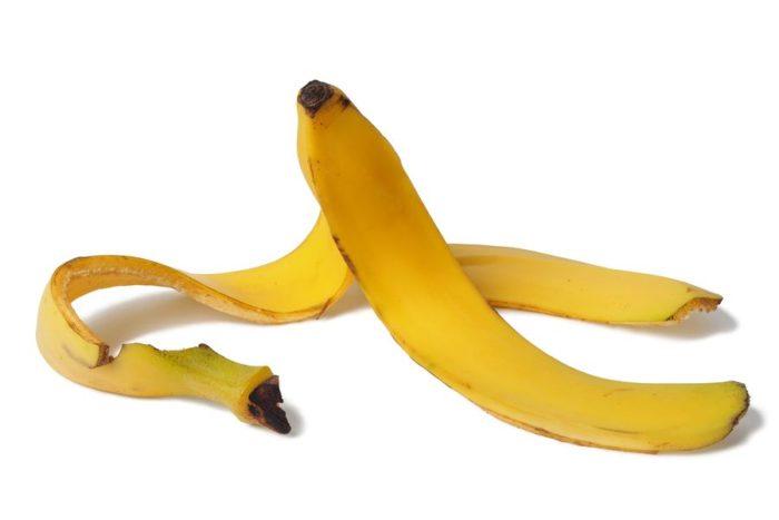 Банановая кожура насыщает почву и растения калием