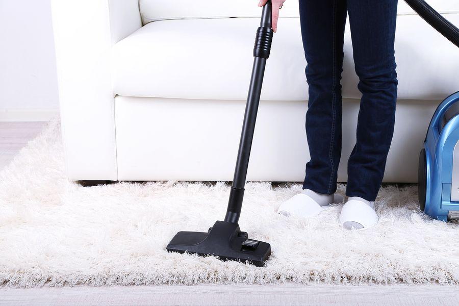 Пылесосить и мыть полы лучше всегда в завершении генеральной уборки