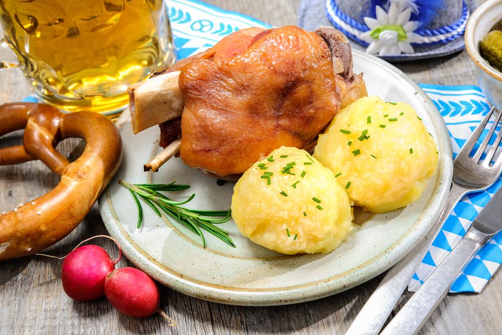 «Швайнхаксе» или cвиная рулька — классическое блюдо баварской кухни