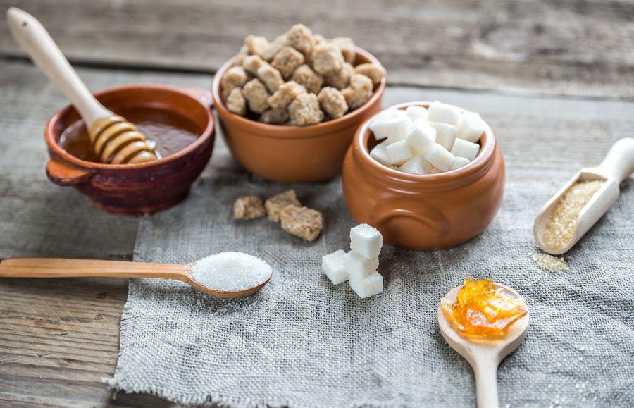 Мёд или сахар добавлять в глинтвейн - каждый решает по-своему