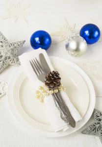 Простое, но очень красивое украшение новогоднего стола.
