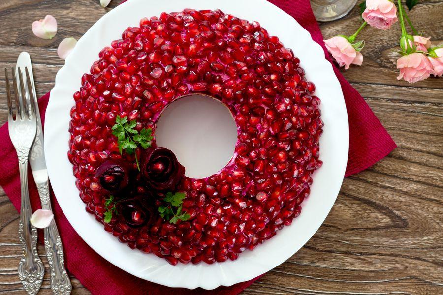 """Салат """"Гранатовый браслет"""" превращается во вкусный рождественский венок"""