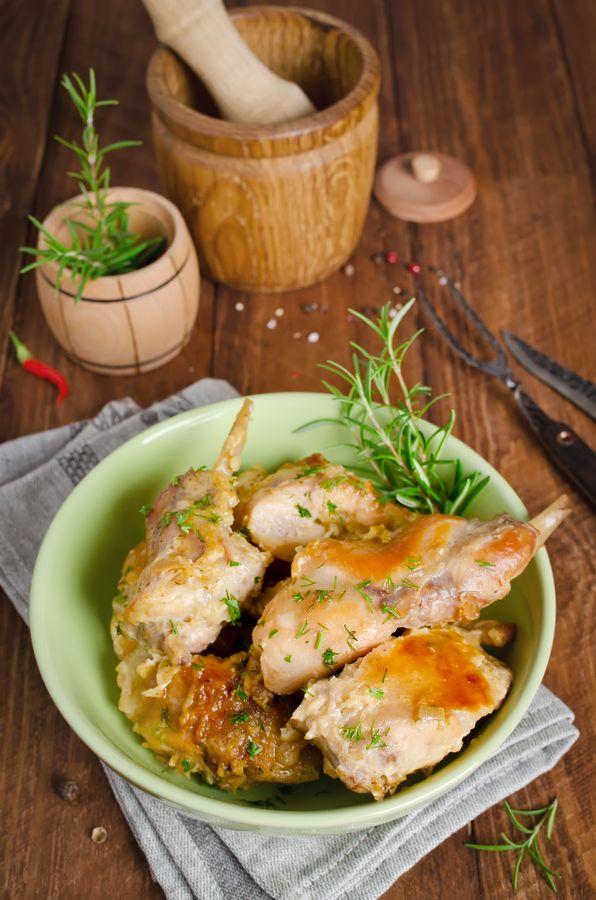 Приготовленное в горшке мясо кролика будет особенно сочным