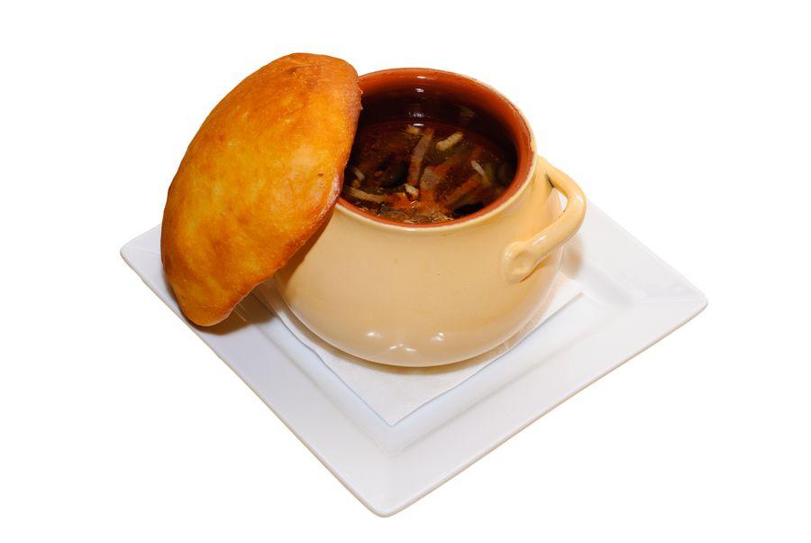 Тесто вместо крышки подарит ароматный хлеб к блюду из горшочка