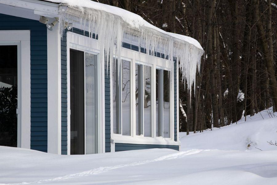 При возведении дома стоит учитывать все нюансы снежной зимы и оттепели