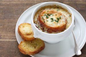 Горячий луковый суп — отличное зимнее блюдо