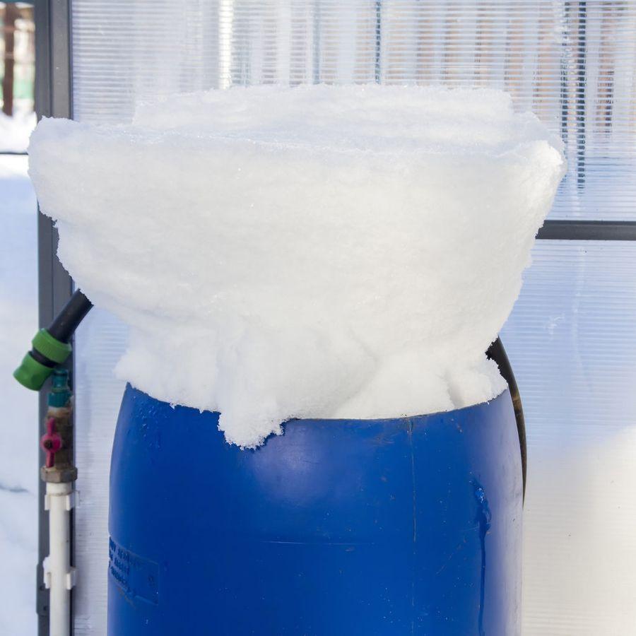 Набросать снега в бочку - это возможность запастись талой водой