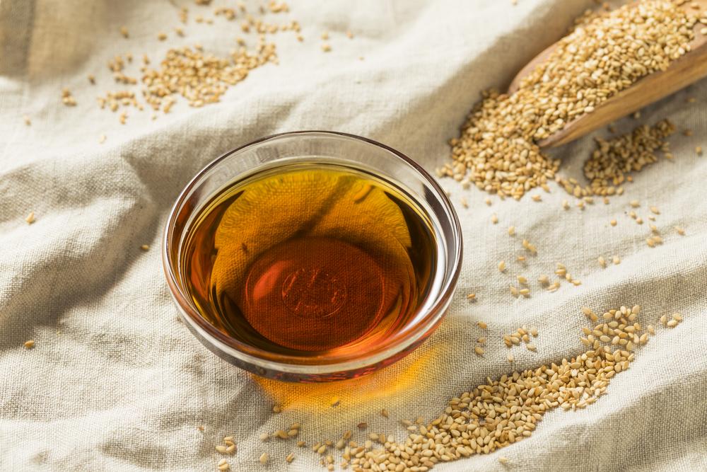 Кунжутное масло отлично подходит для волос. Его используют в сочетании с другими эфирными маслами.