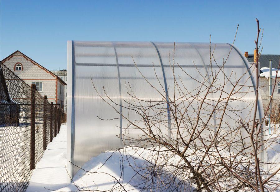Даже для маленькой теплицы требуется большое количество снежной массы