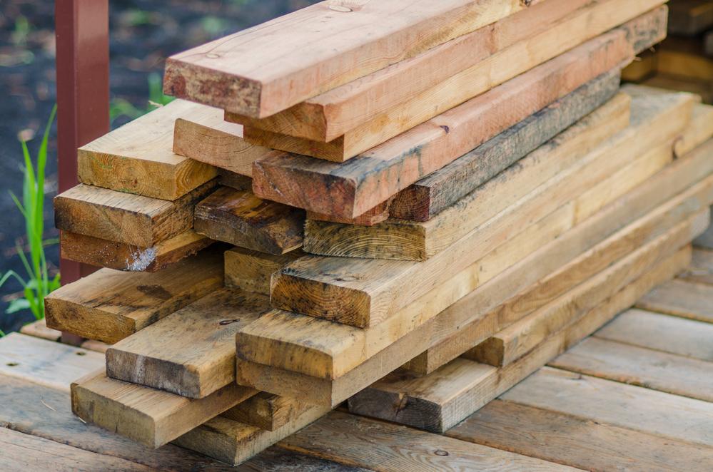 Для деревянной грядки выбирайте виды дерева, которые не подвержены гниению — ясень, дуб, кедр, лиственница.