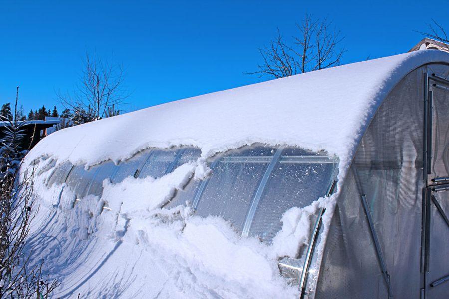 Снег в теплице - лишняя трата времени, считают противники такого метода