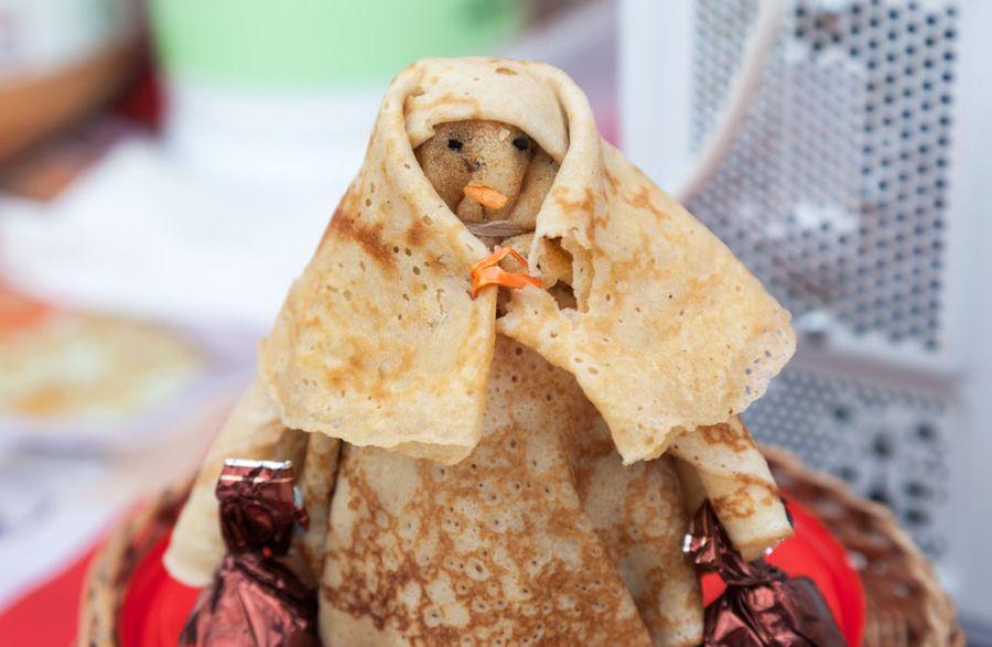 Блины на Масленицу - украшение праздничного стола, поэтому фантазия подскажет, в каком виде подавать это блюдо