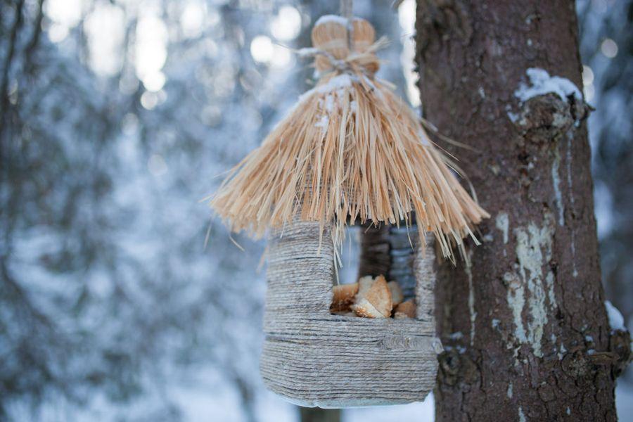 Пластиковая бутыль, обвитая сезалью и с крышей в виде мочалки, - отличное сооружение для кормления птиц