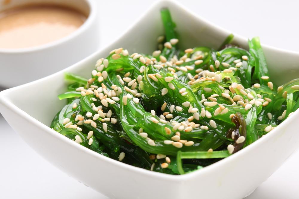 Масло кунжута подойдет как заправка почти для любого салата с зеленью