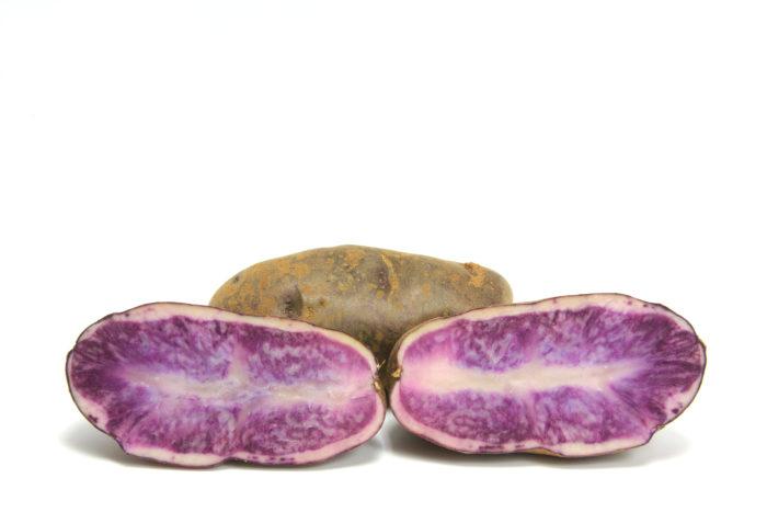 Цветной картофель с фиолетовой мякотью помогает выводить из организма радионуклеиды