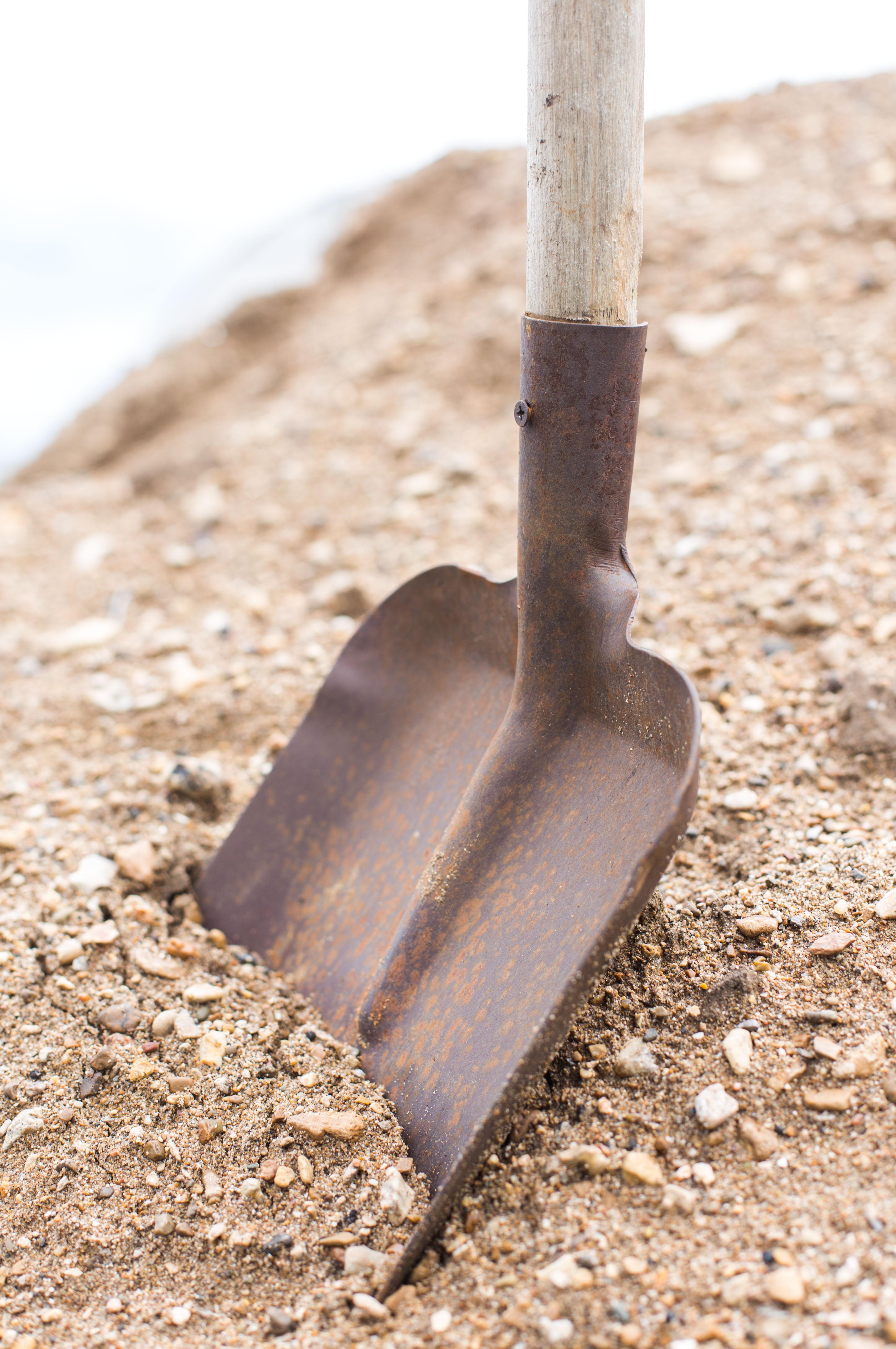 Для улучшения механического состава песчаной почвы полезен агротехнический приём в виде глинования
