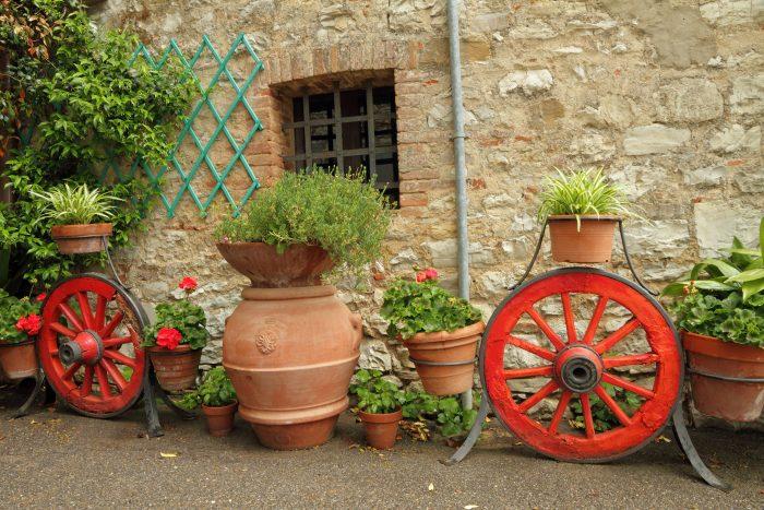 Общий стиль дома и сада продиктует, каким быть формам контейнерных посадок