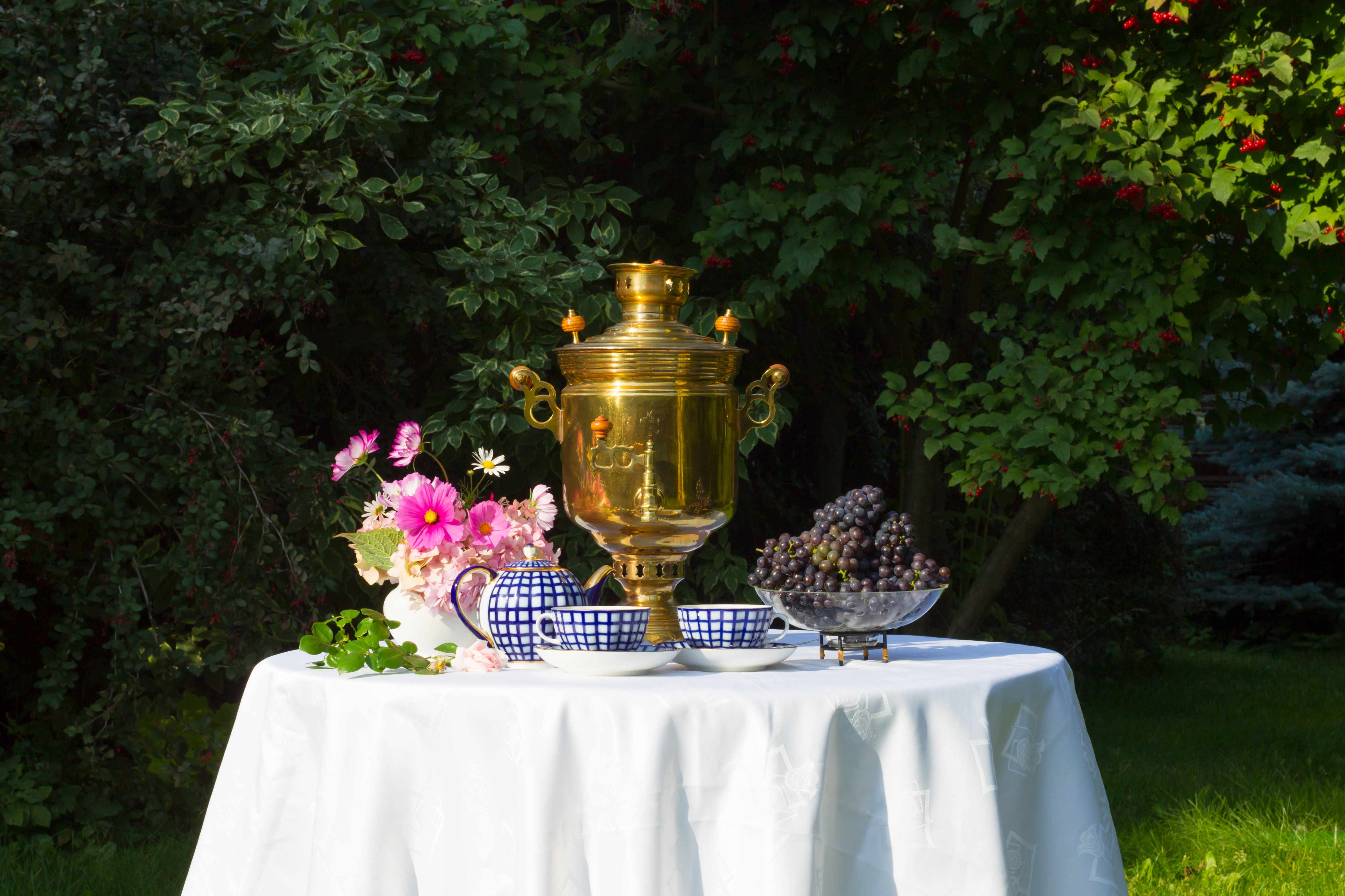Конец лета - время не только для работы в саду, но и момент наслаждения уходящими тёплыми вечерами за семейным столом