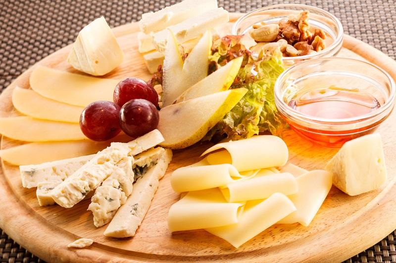 Сырная нарезка готовится для изысканного стола в европейском или кавказском стиле