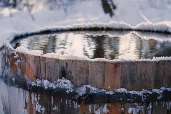 Большая бочка с водой зимой