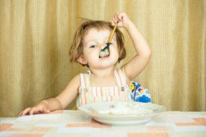 Девочка ест овсяную кашу