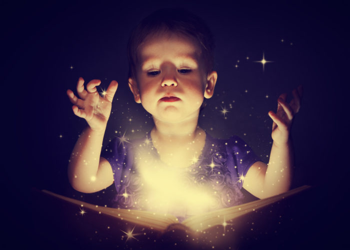 Ребенок с волшебной книгой
