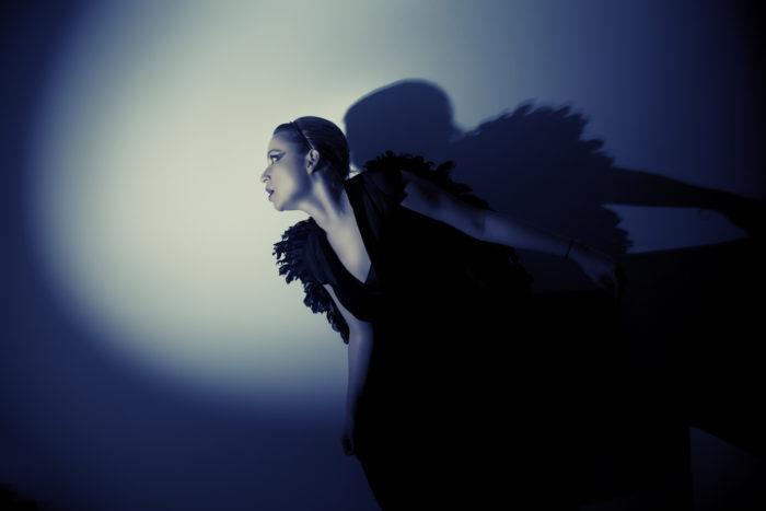 Женщина в черных одеждах