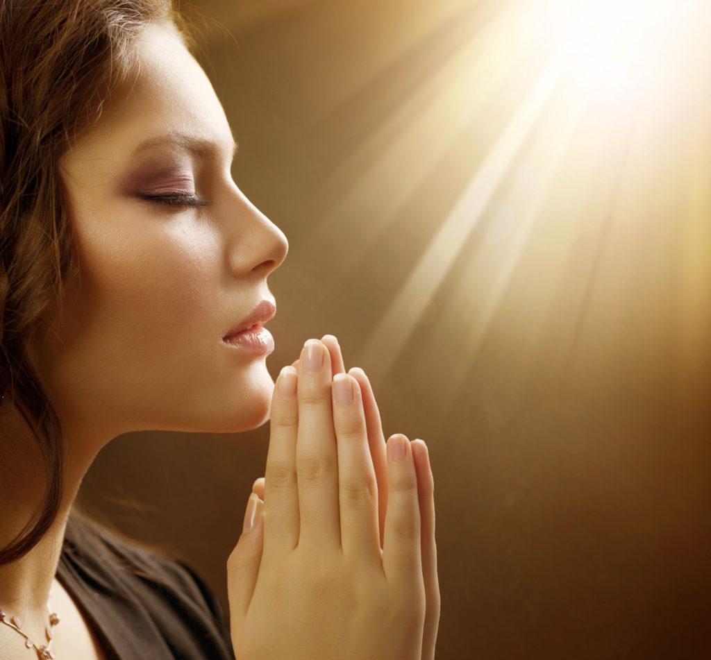 Женщина молится