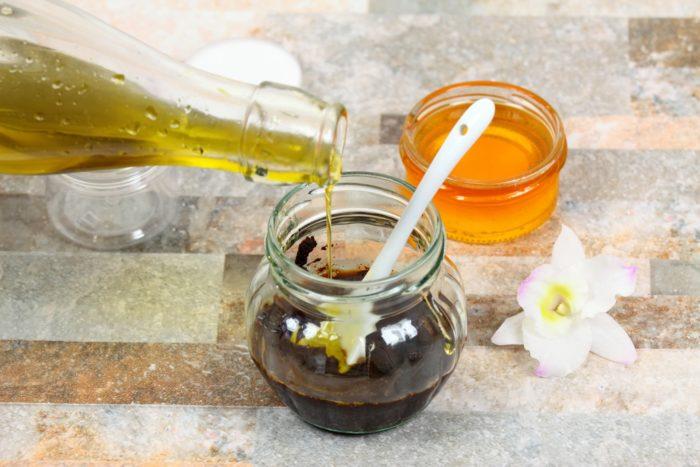 Мед, кофейная гуща и оливковое масло