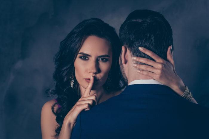 Знак молчания женщина и мужчина
